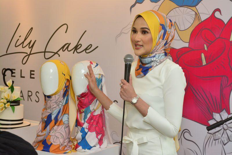 Bunga Tangan Hari Perkahwinan Jadi Inspirasi Hanis Zalikha Dalam Mereka Tudung Cakenis Lily Cake