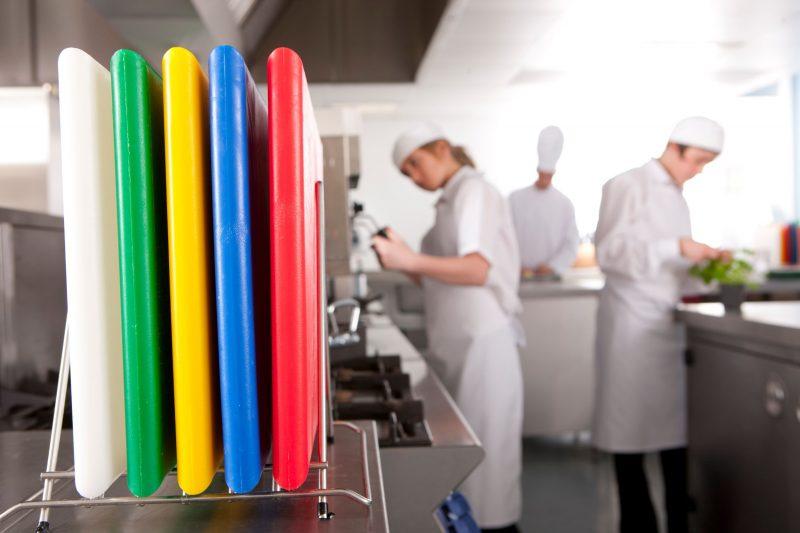 Di Dapur Restoran Papan Pemotong Kami Mempunyai Warna Berbeza Yang Mewakili Kegunaan Bagi Mengeln Kontaminasi Atau Pencemaran Makanan